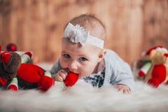 Bebê idoso adorável de dois meses que encontra-se no descanso Imagem de Stock Royalty Free