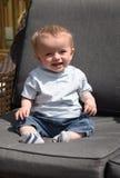 Bebê idoso de dez meses que senta-se para baixo fora Foto de Stock Royalty Free