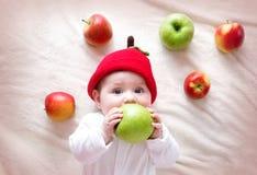 Bebê idoso de sete meses com maçãs Fotografia de Stock Royalty Free