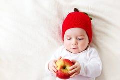 Bebê idoso de sete meses com maçãs Imagens de Stock