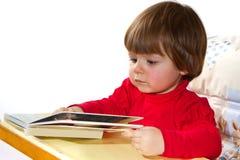 Bebê idoso de um ano que lê um livro Fotos de Stock Royalty Free