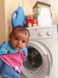 Bebê idoso dos meses da árvore na cesta de roupa Imagem de Stock