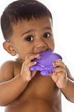 Bebê indiano doce que mastiga no brinquedo fotos de stock royalty free