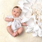 Bebê infantil da criança de quatro meses no sorriso feliz de encontro do tecido Fotografia de Stock
