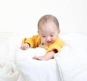 Bebê infantil da criança que olha para baixo Imagens de Stock Royalty Free