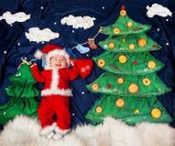 Bebê infantil que veste o traje de Santa que guarda o saco com presentes imagem de stock royalty free