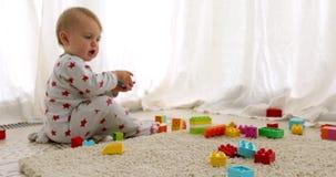 Bebê irreconhecível que joga com tijolos do brinquedo filme