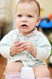 Bebê irritado no potty na HOME imagem de stock