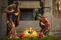 Bebê Jesus no berço com as estátuas de Mary e de Joseph Fotografia de Stock Royalty Free
