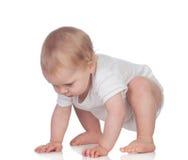 Bebê louro adorável no rastejamento do roupa interior fotografia de stock royalty free