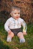 Bebê, menos do que uns anos de idade na grama verde Fotos de Stock Royalty Free