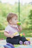 Bebê, menos do que uns anos de idade que jogam com banana do brinquedo Foto de Stock Royalty Free