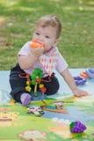 Bebê, menos do que uns anos de idade que jogam com brinquedo Fotografia de Stock Royalty Free