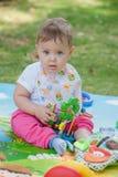 Bebê, menos do que uns anos de idade que jogam com brinquedo Foto de Stock Royalty Free