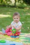 Bebê, menos do que uns anos de idade que jogam com brinquedo Imagem de Stock