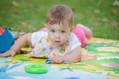 Bebê, menos do que uns anos de idade que jogam com brinquedo Fotos de Stock Royalty Free