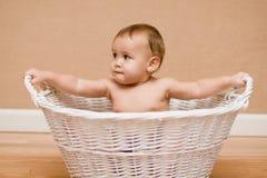 Bebê multicultural na cesta branca Foto de Stock