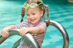 Bebê na associação das folhas dos óculos de proteção protetores. Fotografia de Stock