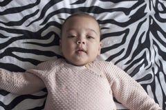 Bebê na cama que olha na câmera Imagem de Stock