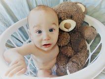 Bebê na cesta branca imagem de stock royalty free
