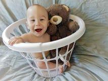 Bebê na cesta branca foto de stock royalty free