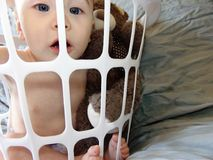 Bebê na cesta branca imagem de stock