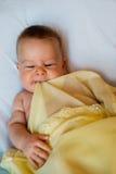 Bebê na cobertura amarela Imagem de Stock