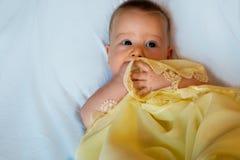 Bebê na cobertura amarela Fotografia de Stock Royalty Free