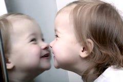 Bebê na frente do espelho Fotografia de Stock