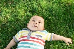 Bebê na grama Imagens de Stock Royalty Free