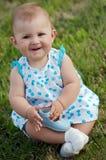 Bebê na grama Foto de Stock