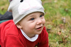 Bebê na grama/próximo bonitos Fotos de Stock Royalty Free