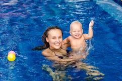 Bebê na piscina Fotos de Stock