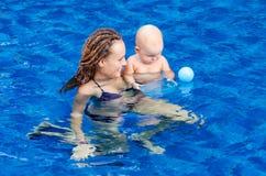 Bebê na piscina Fotos de Stock Royalty Free