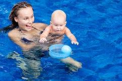 Bebê na piscina Imagens de Stock Royalty Free