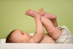 Bebê na tabela da mudança Fotos de Stock
