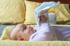 Bebê na tabela em mudança com tecido Imagem de Stock Royalty Free