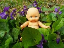 Bebê nas flores imagens de stock royalty free