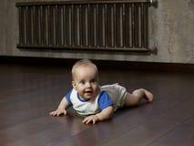Bebê no assoalho Fotos de Stock Royalty Free