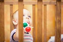 Bebê no berço Fotos de Stock Royalty Free