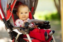 Bebê no carrinho de criança de assento Fotos de Stock