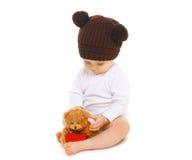 Bebê no chapéu marrom feito malha Imagem de Stock