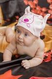 Bebê no chapéu que rasteja na cama Imagem de Stock