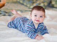 Bebê no equipamento listrado azul imagens de stock