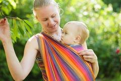 Bebê no estilingue imagens de stock