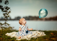 Bebê no lago Fotografia de Stock Royalty Free