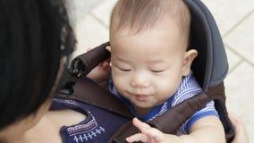 Bebê no portador de bebê vídeos de arquivo