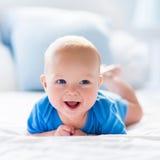 Bebê no quarto ensolarado branco imagens de stock