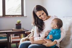 Bebê no regaço da mãe fotografia de stock royalty free