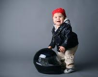bebê no revestimento de couro com um capacete do moto fotografia de stock royalty free
